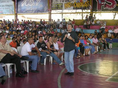 """Jeffrey de León en Sendas FM y el ambiente de la conferencia en el polideportivo """"El Brigadista"""""""