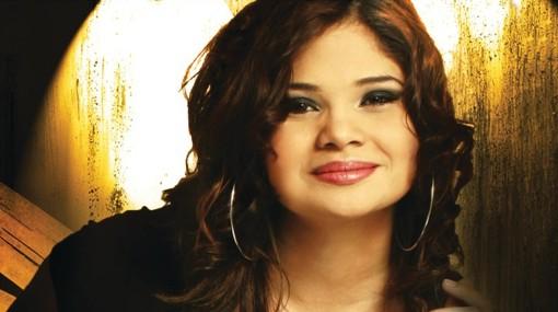 Mónica presenta el tema «Oye» a dúo con Coalo Zamorano
